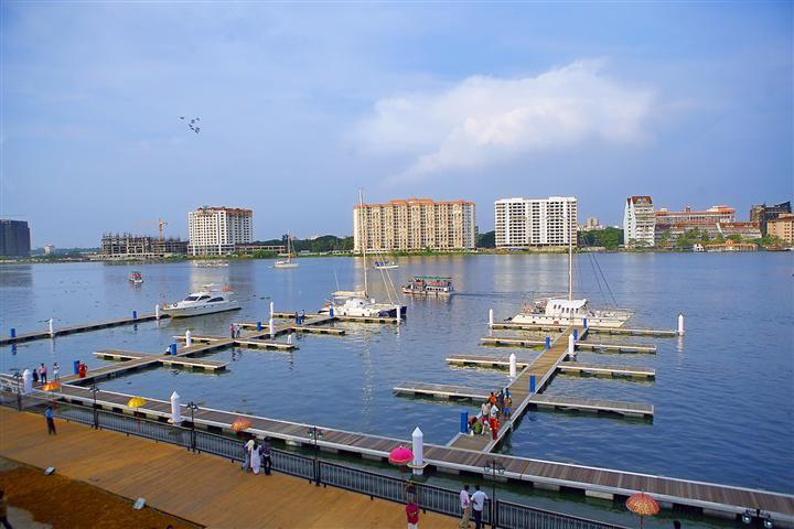 Kochi_International_Marina,_Bolgatty_Island,_Kerala,_India