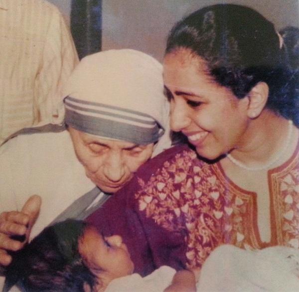 Philomena Simon showing Mother Teresa her first child Chacko Simon.